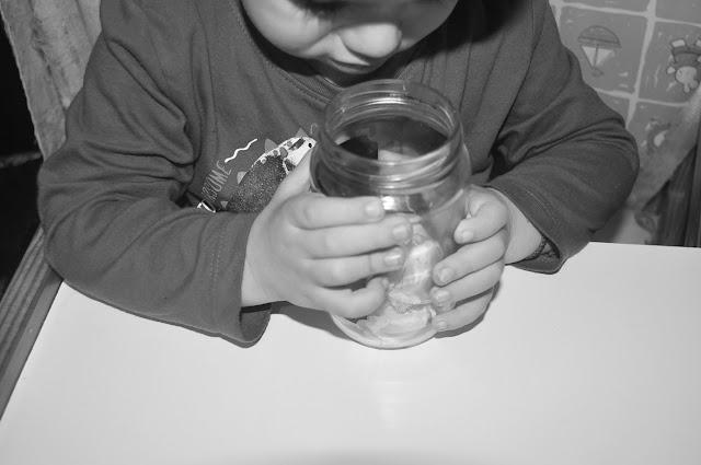mi hijo oliendo un tarro con ajos