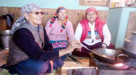 आज भी चूल्हे पर खाना पकातीं हैं भाजपा के सीएम की माँ | NATIONAL NEWS