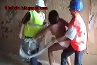 Dua kuli bangunan sedang memperkosa seorang ibu muda