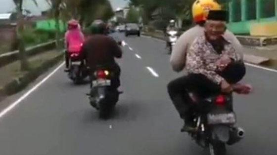 Video Aksi Kakek Dibonceng Motor Di Wonosobo Ini Jadi Viral di Facebook