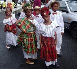 Enfants des Antilles en tenues traditionnelles Madras