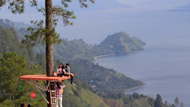 Lokasi Bukit Indah Simarjarunjung (BIS) Kabupaten Simalungun menjadi salah satu objek wisata yang menyediakan rumah pohon mulai ramai dikunjungi kaula muda akhir-akhir ini. Di lokasi tersebut, para pengunjung bisa menikmati pemandangan Danau Toba yang terhampar luas memanjakan mata