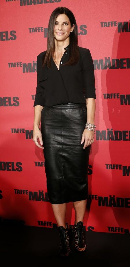 Falda cuero midi negra Sandra Bullock street style