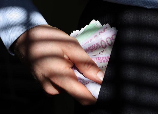 Γιάννενα: Δύο γυναίκες συνελήφθησαν να ξαφρίζουν χρήματα μέσα από τις τσέπες...