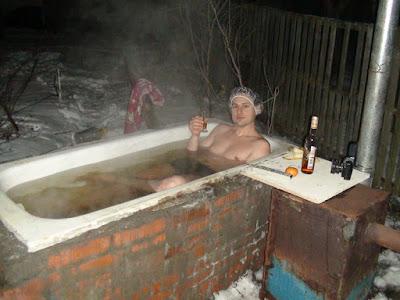 Heiße Badewanne im Winter mit Schnaps genießen lustig