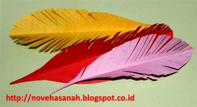 cara membuat bahan dekorasi dari kertas bekas berwarna yang bentuk bulu burung. mudah sekali untuk diajarkan kepada siswa SD atau anak-anak yang lebih muda