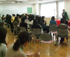 三遊亭楽春講演会「落語で健康増進、明るく笑ってリフレッシュ」の風景。