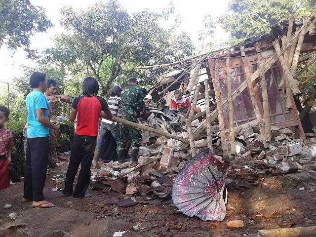 Rumah Hasan yang Ambruk pasca Gempa