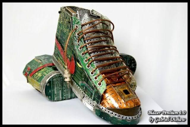 Sepatu Terbuat Dari Komponen Komputer Bekas