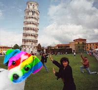 El perro arcoíris sonríe en Cice visto junto a los turistas de la Torre de Pisa