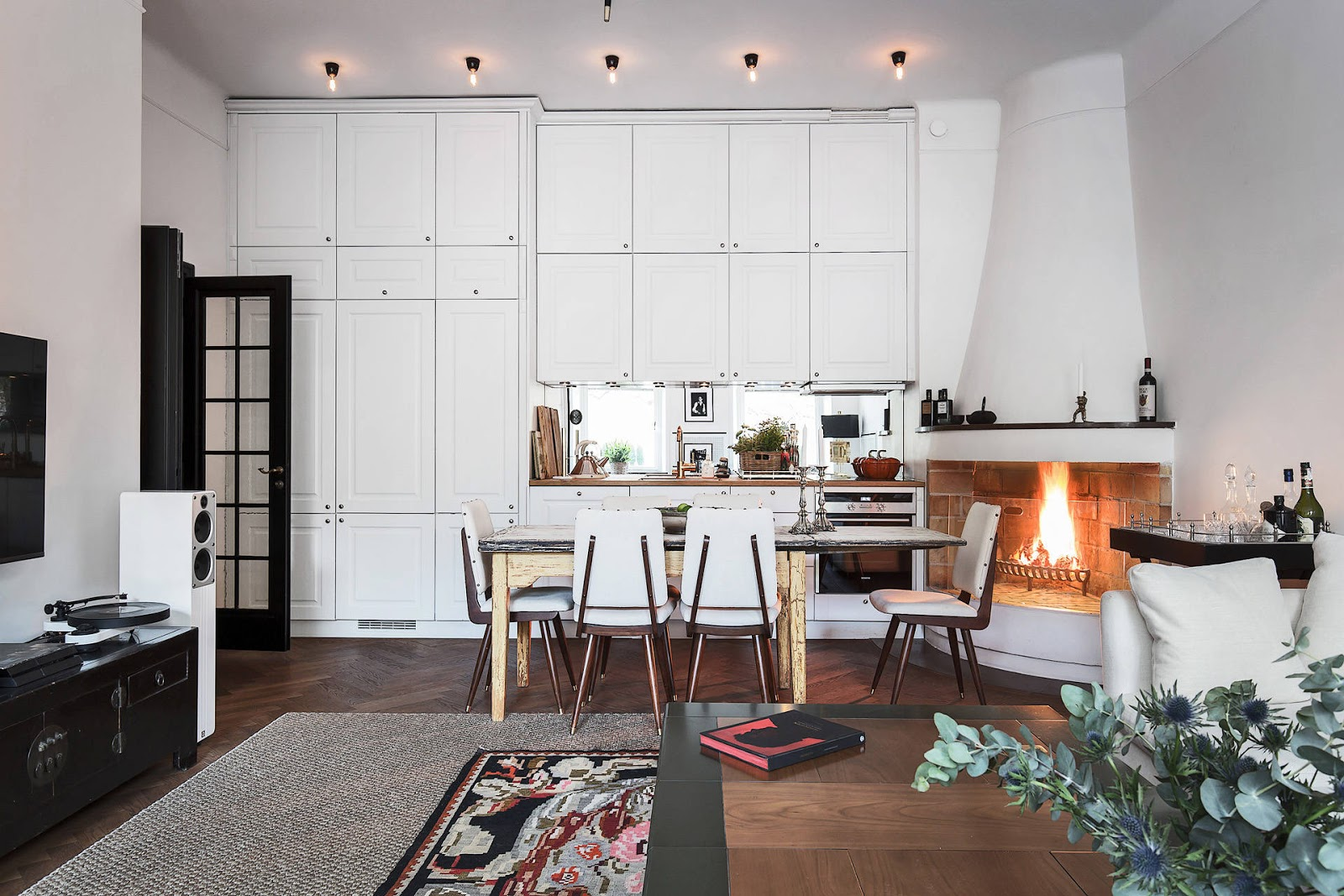 Accente vintage și bucătărie până în tavan într-un apartament de 73 m²