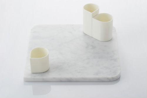 Eckige Keramik: auf einer Marmorplatte stehen Tassen
