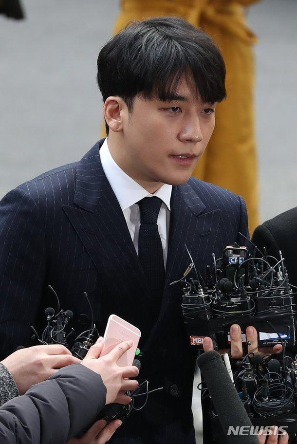 Seungri Kakaotalk'larda gizli kamera videoları paylaşmakla suçlanıyor