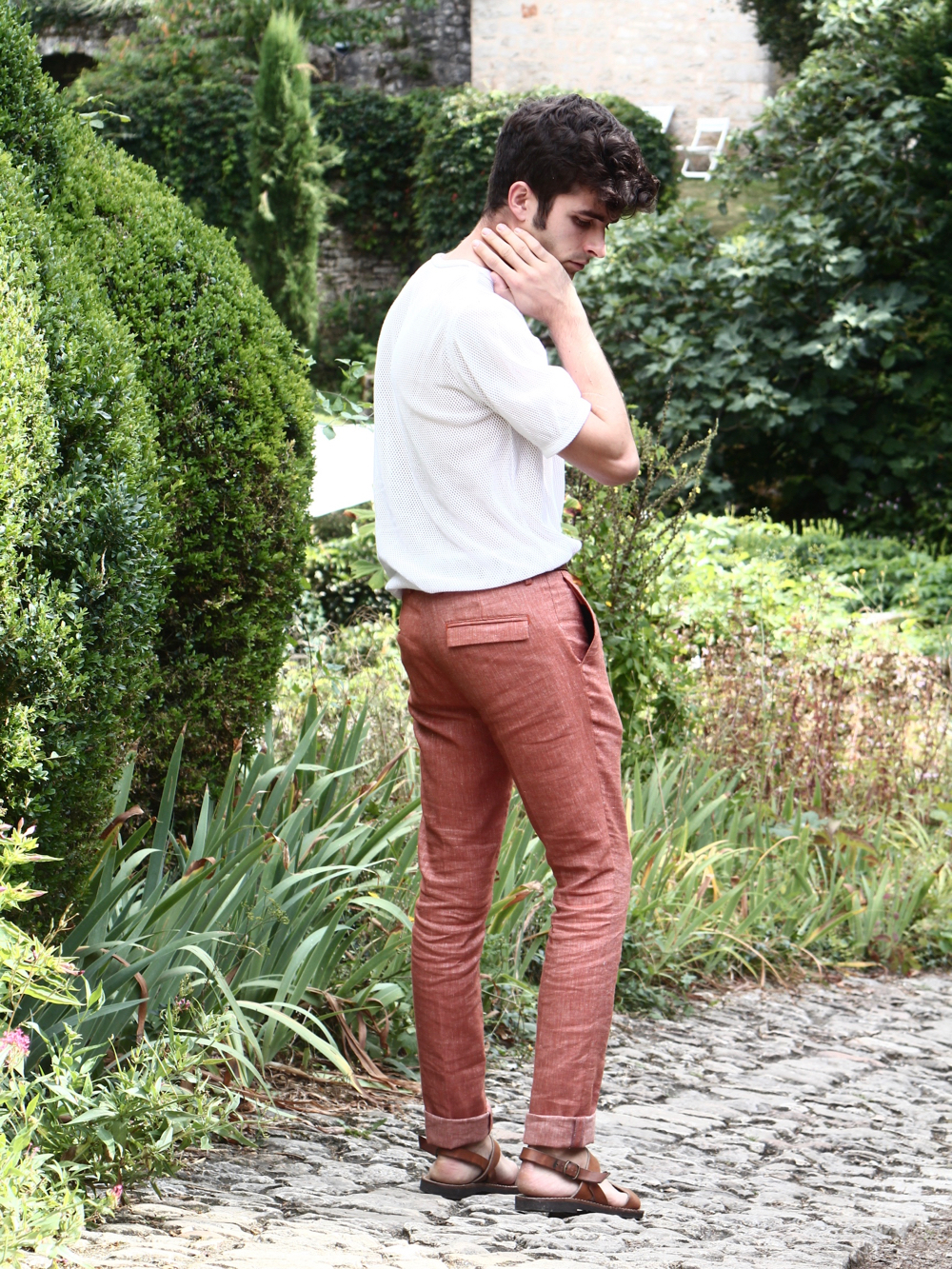 blog-mode-homme-masculine-look-tenue-style-preppy-pantalon-en-lon-tshirt-transparent-sexy-sandales-en-cuir-spartiate