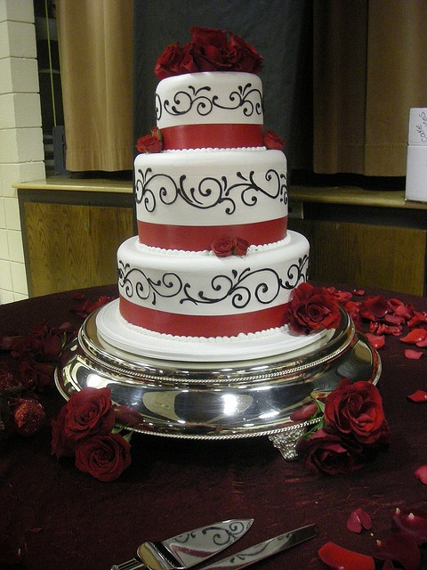 black and white wedding cake red roses amazing black and white wedding cakes 27 pic 11847