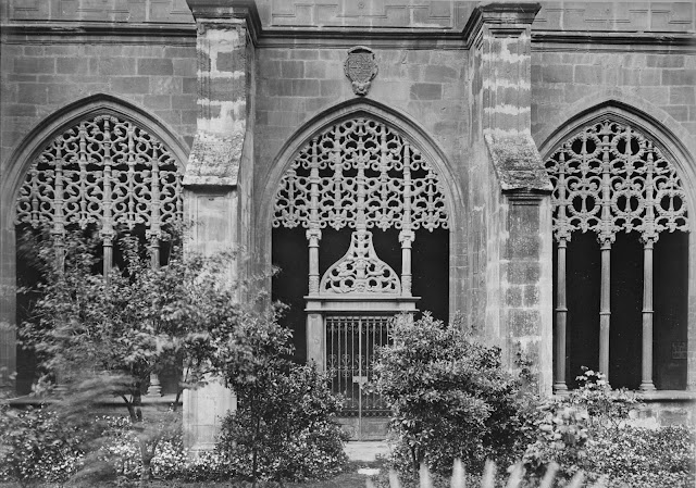 Santa María La Real. Nájera, año 1932. (Foto Marburg). Puerta del árbol del bien y del mal, acceso al jardín del Claustro del Monasterio que, en esta época, disponía de vegetación