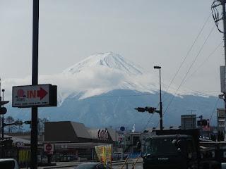 最初のコンビニから見るでっかい富士山の景色