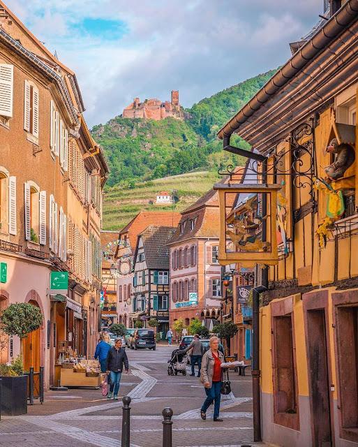 Các thị trấn nhỏ ở vùng Alsace nằm ở phía Tây Bắc của đất nước Pháp xinh đẹp được biết đến với lối kiến trúc độc đáo và màu sắc rực rỡ, trong đó nổi bật nhất phải kể đến là Ribeauville. Đây là một trong những thị trấn lâu đời nhất thời trung cổ ở Alsace, có khung cảnh tuyệt đẹp chẳng thua kém gì trong chuyện cổ tích.