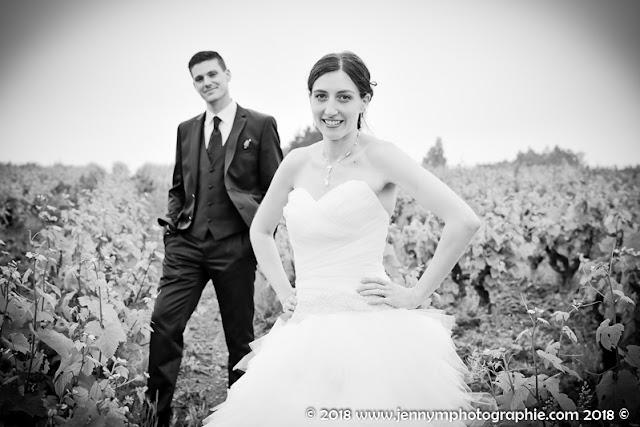 portrait noir et blanc des mariés dans les vignes vendée 85