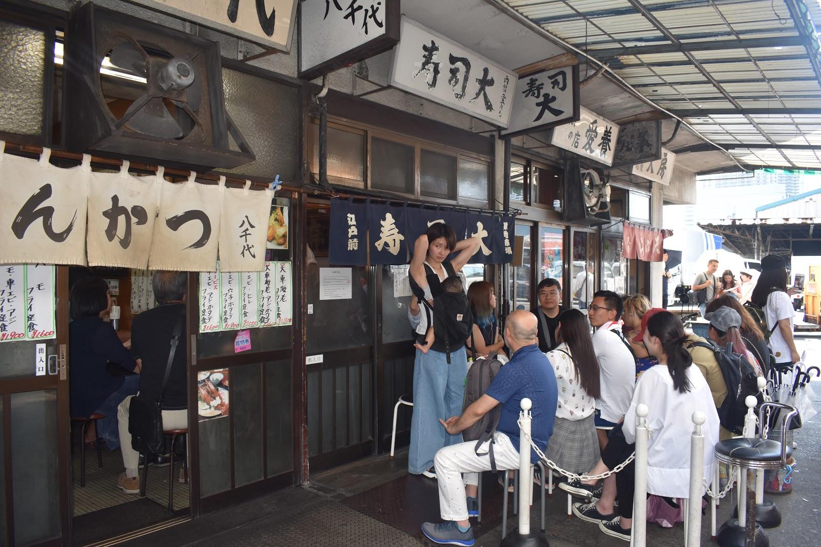 15eb5e0fac ... τουρίστες που περίμεναν στην ουρά για να φάνε το ...πρωινό ψάρι στα  μικρά μαγαζάκια έξω από την κλειστή αγορά. Καταστήματα με είδη ψαρικής
