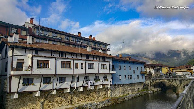 Orozko, casas junto al rio Altube por El Guisante Verde Project