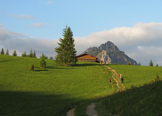 Chata na Grúni (973 m n.p.m.), a za nim wspaniała sylwetka Wielkiego Rozsutca (słow. Veľký Rozsutec, 1610 m n.p.m.).