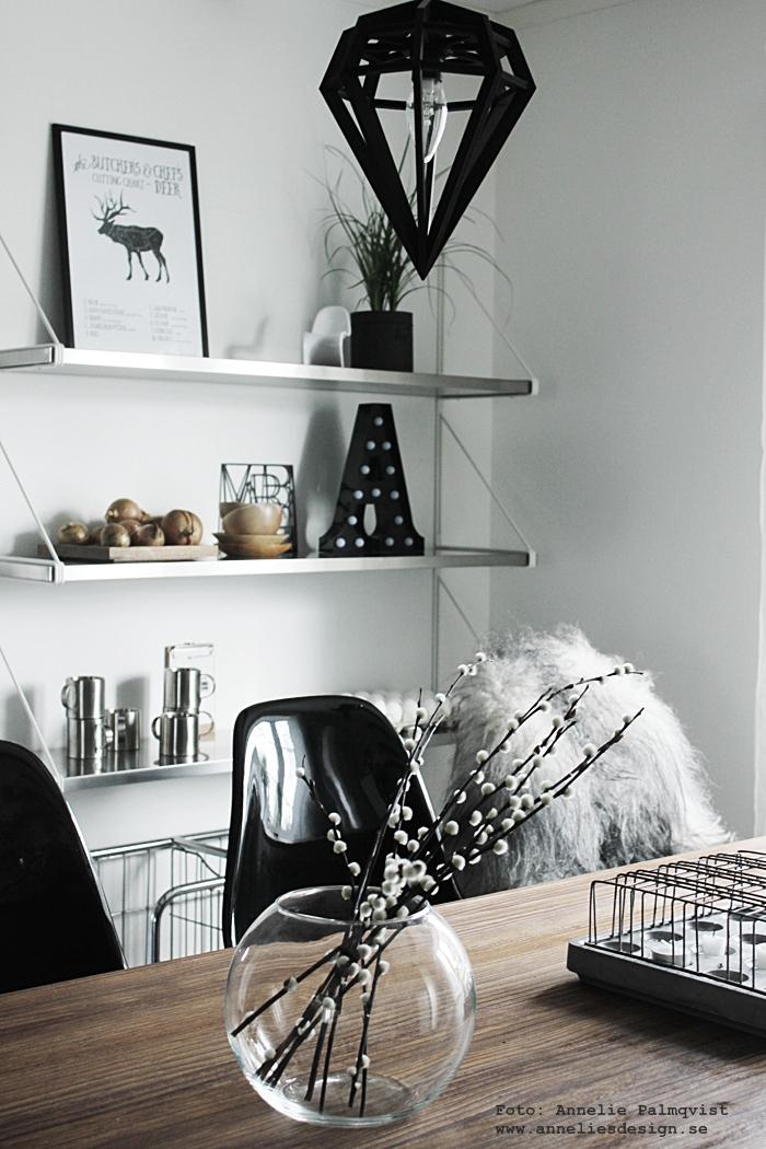 grytunderlägg, underlägg, varberg, men at work, kök, köket, köks, köksbilder, fårskinn, webbutik, webbutiker, webshop, inredning, döden lampa, lampor, tvåfotad design, köksö, hylla, bokstavslampa, bokstavslampor, bokstav, bokstäver, annelies design, svart och vitt, svartvit, vide, videkvist, videkvistar, barstol, barstolar, vit parkett,