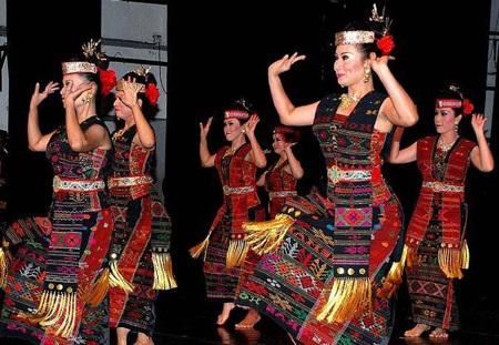 7 Pakaian Adat Sumatera Utara ( Artikel Lengkap )