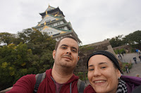 Selfie de Carlos, Pili y el Castillo de Osaka desde el parque