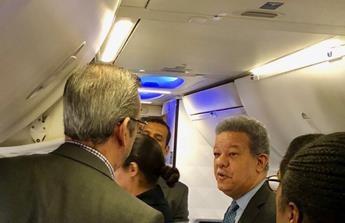 Leonel y Abinader comparten en avión volaba de Nueva York a SD