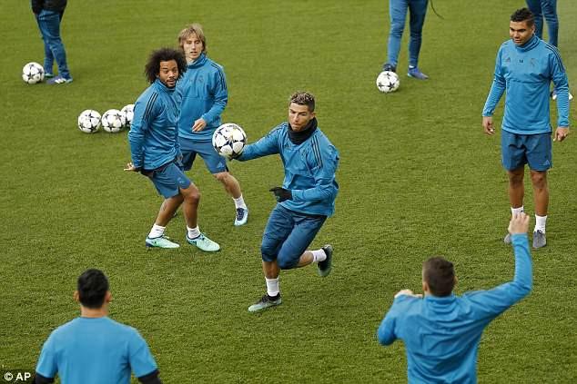 Ronaldo và đồng đội pose ảnh như biệt đội Avengers, sẵn sàng tái chiến Bayern -3