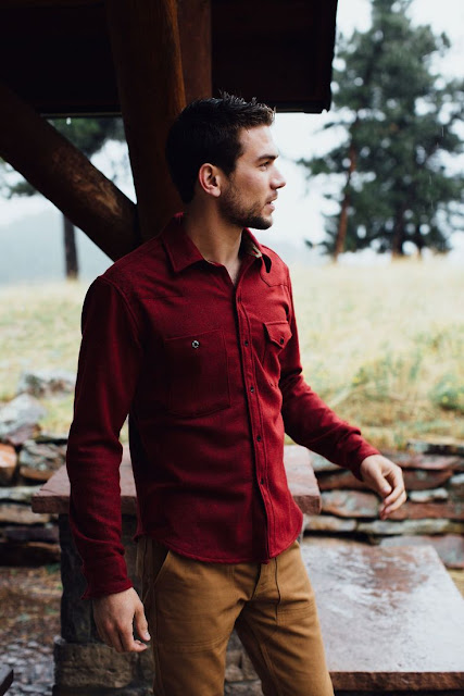 Look masculino com camisa cor bordô  e calça marro terroso