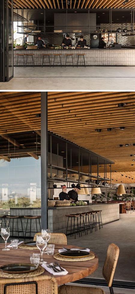 Restaurante de hotel grego com decoração rústica moderna e praiana
