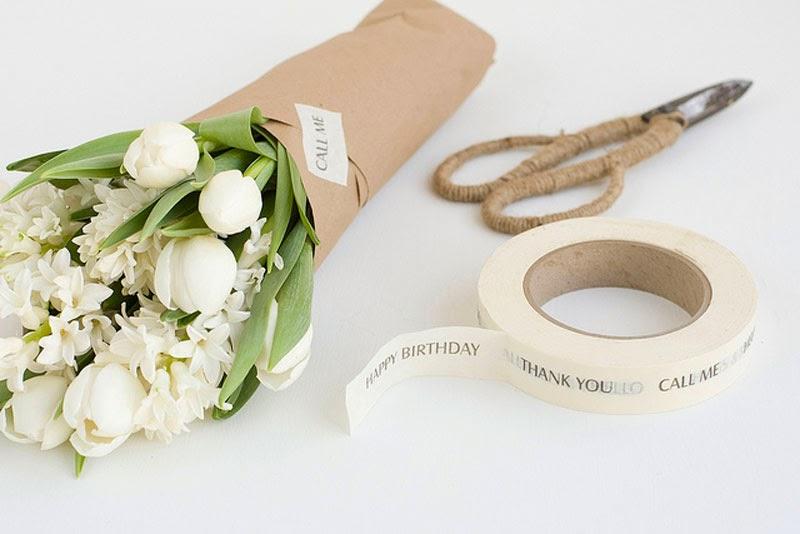 cómo hacer ramos de flores originales, envuélvelos con papel