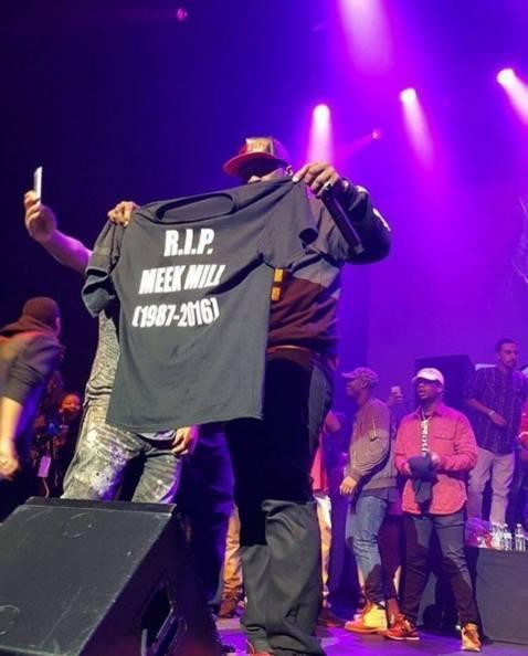 50 Cent exibe camisa escrito 'R.I.P. Meek Mill' durante show em Oakland