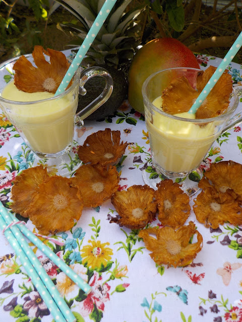 pineapple-mango-smoothie, pineapple-flowers, batido-de-piña-y-mango