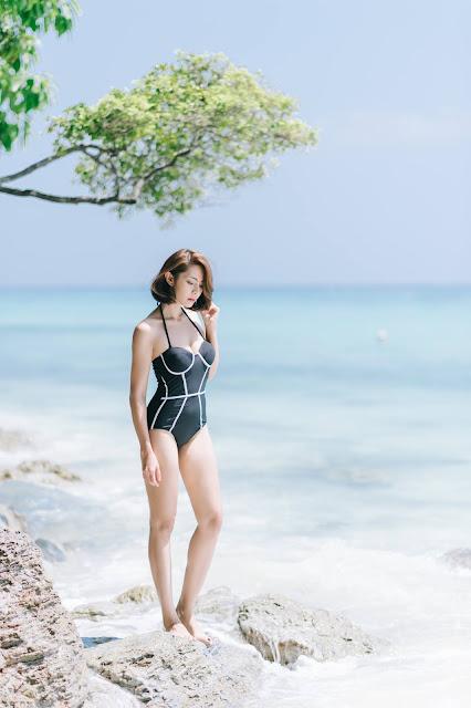 Seksinya Rapeepom Saat Menggunakan Bikini Di Pantai