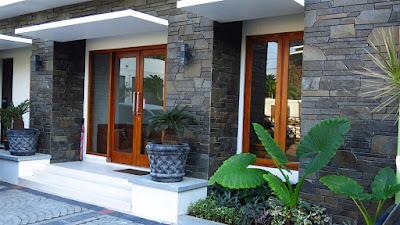 desain teras rumah minimalis mewah dengan batu alam