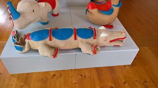 Ausstellung der Rupfentiere von Renate Müller im Schlossmuseum Molsdorf