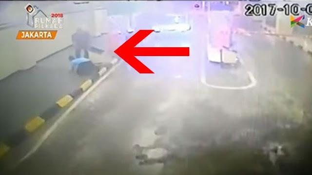 VIDEO : Ditodong Pistol oleh Pria Pembawa Mobil Plat TNI, Petugas Parkir Ini Bersujud Ketakutan
