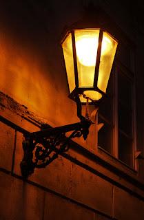 Duisternis verdrijven of licht verspreiden