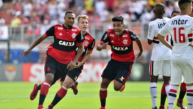 Fla marca aos 2 min, segura pressão do São Paulo e é tetra
