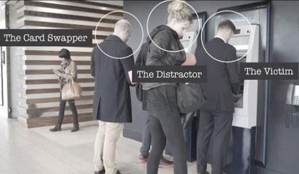 Δείτε πώς κλέβουν τα pin και λεφτά από κάρτες σε ATM (Βίντεο)