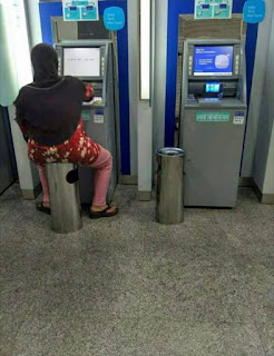 10 Meme 'Ibu-ibu Duduk di ATM' Ini Greget Banget, Kocak Parah
