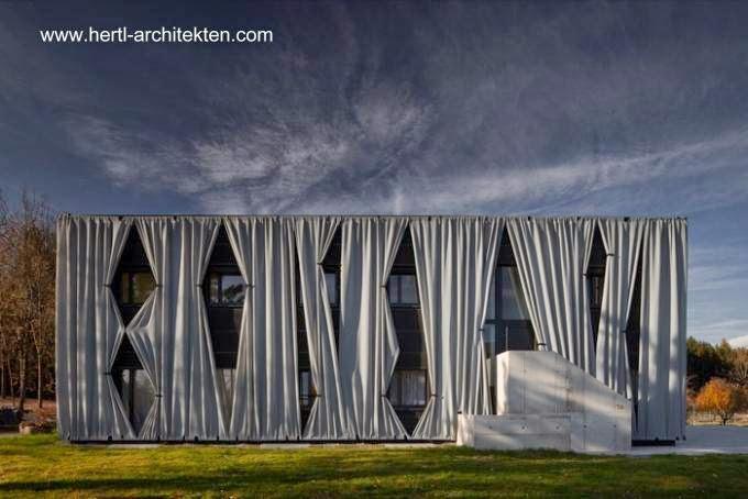 Edificio de dos niveles en Austria con curiosa fachada