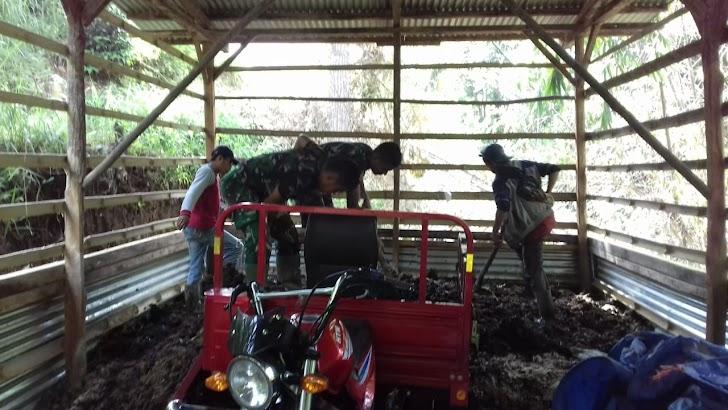 Satgas TMMD, Bantu Warga Membuat Kompos di BumDes Sungai Ning