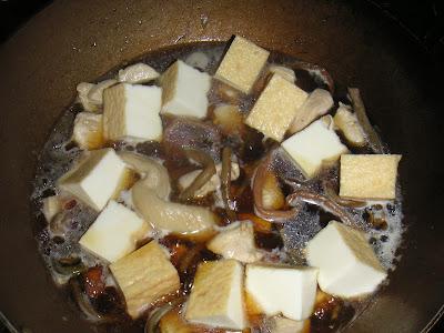 鶏肉とゼンマイ、厚揚げを煮込む