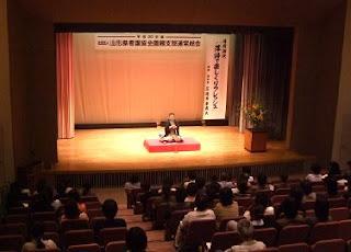 講演会講師・三遊亭楽春の落語で笑ってリフレッシュ講演会の風景。