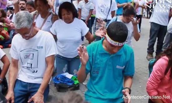 Cristianos claman de rodillas a Dios por Venezuela