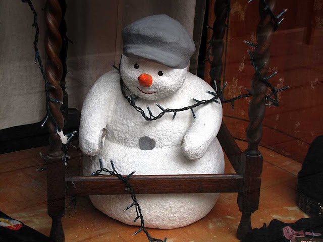 Display snowman with a cap, shop window, via Magenta, Livorno